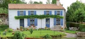 Des volets bleus pour une maison de campagne