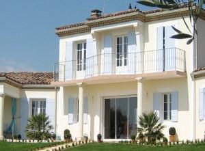 Une ouverture à la française pour les fenêtres de l'étage.