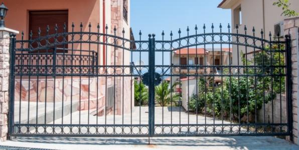 Et pourquoi pas un portail en fer forgé pour l'entrée d'une propriété ?