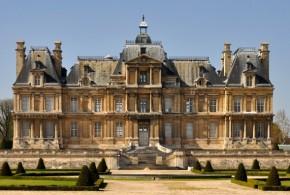 Le nuancier du service de l'urbanisme s'inspire directement du château de Maisons-Laffitte, pour les façades comme pour les volets et les cadres des fenêtres.