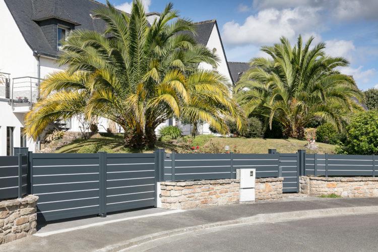 La clôture sécurise et décore un extérieur