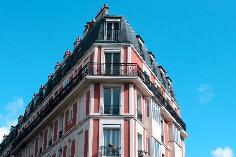 Répandus dans les centres-villes, les volets intérieurs sont autant appréciés en déco qu'en protection contre le soleil.